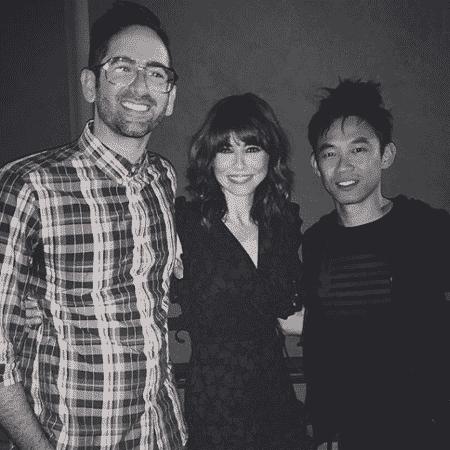 Michael Chaves posa ao lado da atriz Linda Cadellini e do diretor James Wan - Reprodução/Instagram - Reprodução/Instagram