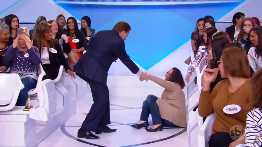 Silvio Santos ajuda mulher após queda no palco de seu programa - Reprodução/SBT
