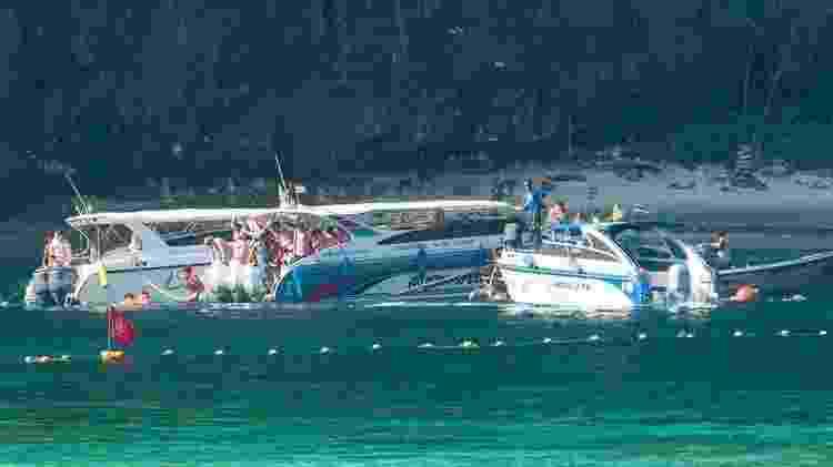 Atualmente, os barcos só podem ancorar a 300 metros da praia - JONATHAN HEAD/BBC - JONATHAN HEAD/BBC
