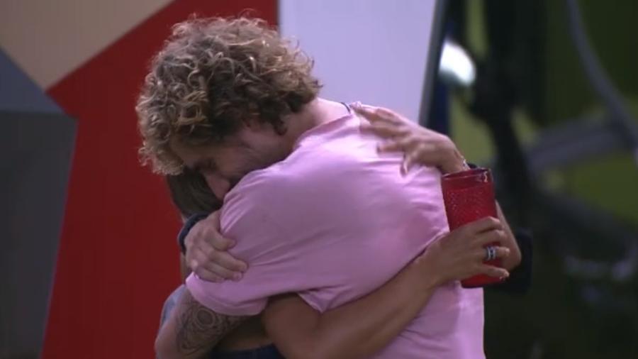 Alan abraça Carolina na área externa da casa - Reprodução/Globoplay