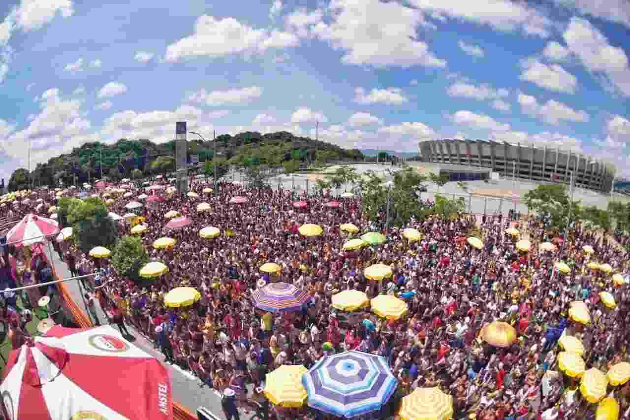 O tradicional bloco Chama o Síndico arrastou multidão neste domingo em Belo Horizonte - Nereu Jr/UOL