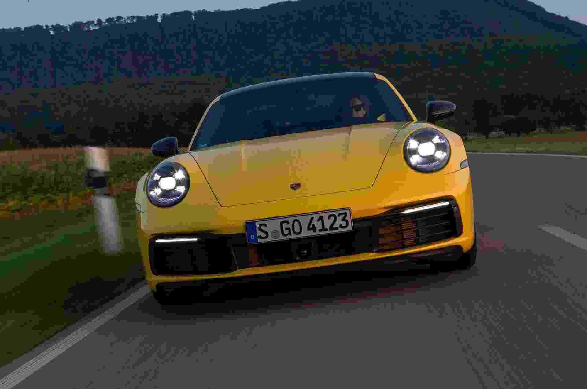 Porsche disponibiliza a versão de entrada da nova geração do esportivo 911 para o Brasil. O modelo pode ser encomendado nas concessionárias da marca por R$ 519 mil. - Divulgação/Porsche