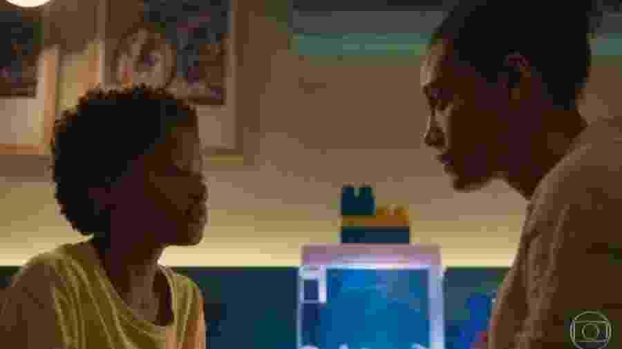 Tiago (Pedro Guilherme Rodrigues) e Vitória (Taís Araújo) conversam em Amor de Mãe  - Reprodução/Globo