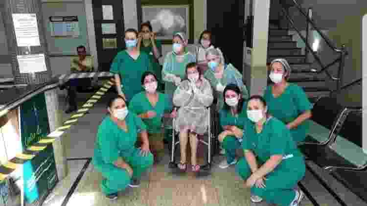 Dona Vitalina com equipe do hospital - Arquivo Pessoal - Arquivo Pessoal