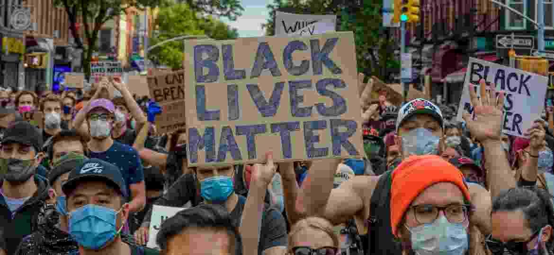 "Manifestante segura cartaz com a frase ""Black Lives Matter"" durante protesto em Nova York - Erik McGregor/LightRocket via Getty Images"