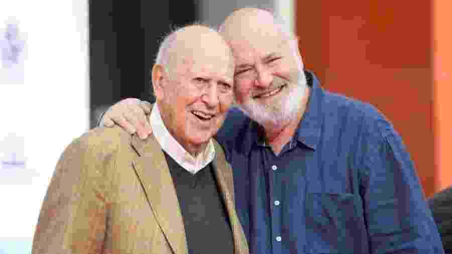 Carl e seu filho, Rob Reiner, que dirigiu a versão original do filme - Getty Images