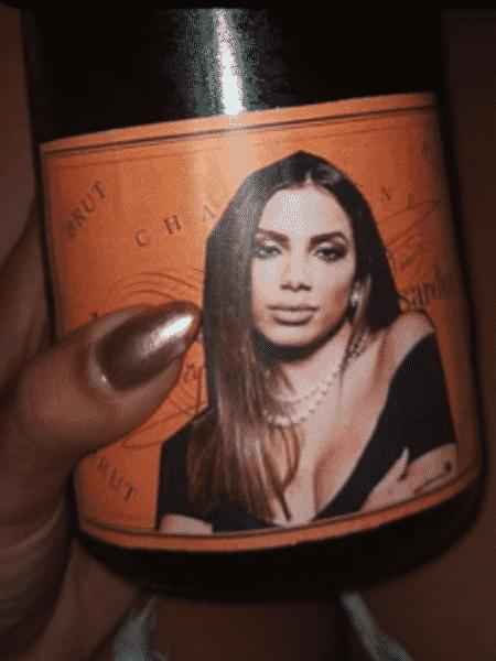 Anitta se impressiona com champagne com rótulo personalizado  - Reprodução/Instagram/@anitta