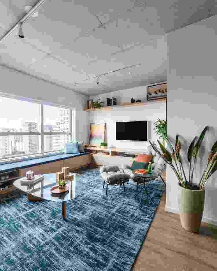 Em salas de estar, os moradores podem abusar da criatividade na escolha do tapete. Basta que ele combine com a decoração  - Guilherme Pucci - Guilherme Pucci
