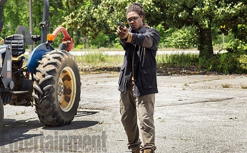 "29.jul.2015 -  Foto divulgada pela revista ""Entertainment Weekly"" mostra o ator Corey Hwakins na pele de Heath na sexta temporada de ""Walking Dead"""