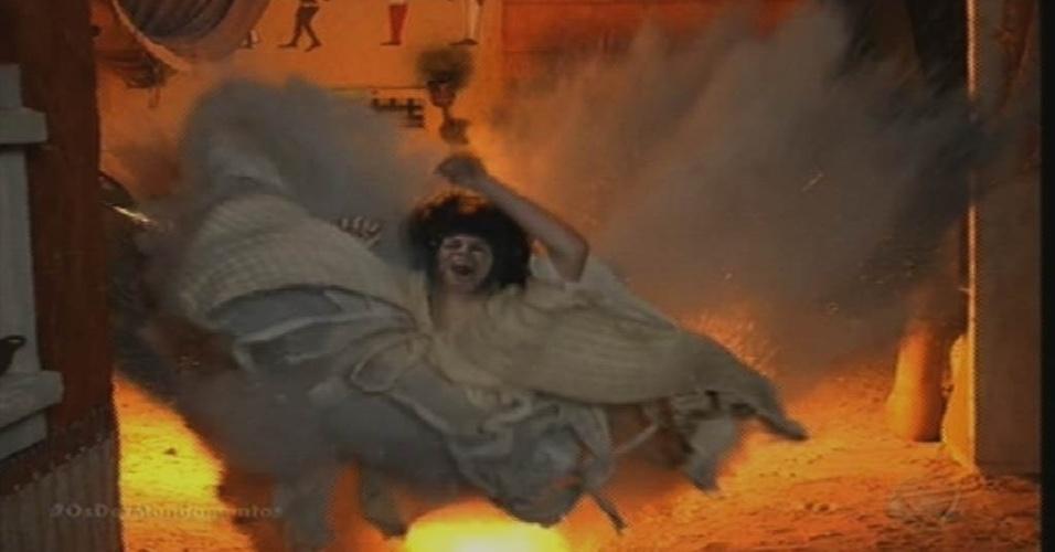 """9.out.2015 - Yunet (Adriana Garambone) é atingida por uma bola de fogo durante a sétima praga de """"O Dez Mandamentos"""""""