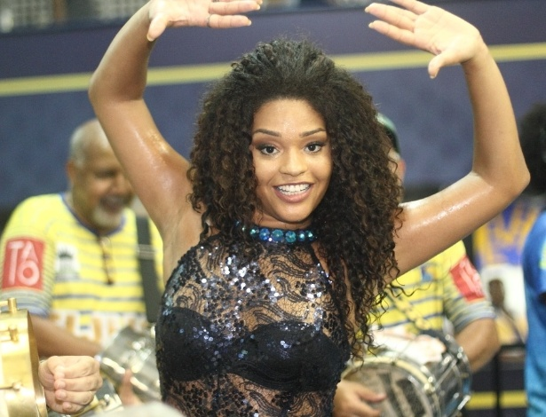 9.jan.2016 - Atriz Juliana Alves cai no samba no ensaio na quadra da Unidos da Tijuca neste sábado