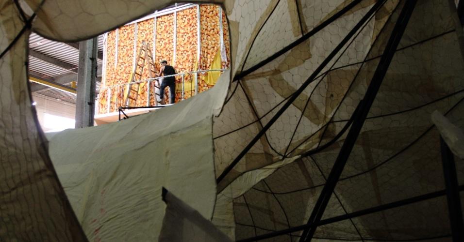 Integrantes da escola Unidos da Tijuca trabalham na estrutura do carro alegórico