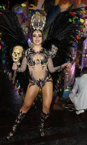 06.fev.2016 - A rainha da bateria Bruna Fonseca samba no Sambódromo do Anhembi durante o desfile da Unidos de Vila Maria, em São Paulo.