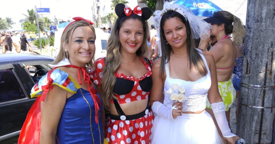6.fev.2016 - Foliãs fantasiadas curtem o bloco Carrossel de Emoções na praia da Barra