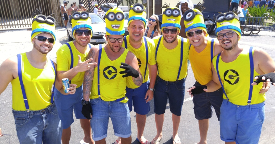 6.fev.2016 - Grupo de amigos vai vestido de minions ao bloco Carrossel de Emoções, na Barra da Tijuca, durante o Carnaval do Rio de Janeiro