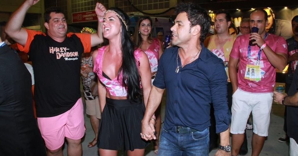 8.fev.2016 - Zezé di Camargo e a namorada, Graciele Lacerda, curtem a Sapucaí. O cantor disse que resolverá na última hora se a namorada vai desfilar, porque ela recebeu ameaças na internet