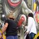 Ron Wood revê amigo brasileiro e grafita boca do Rolling Stones em SP - Leo Franco/AgNews