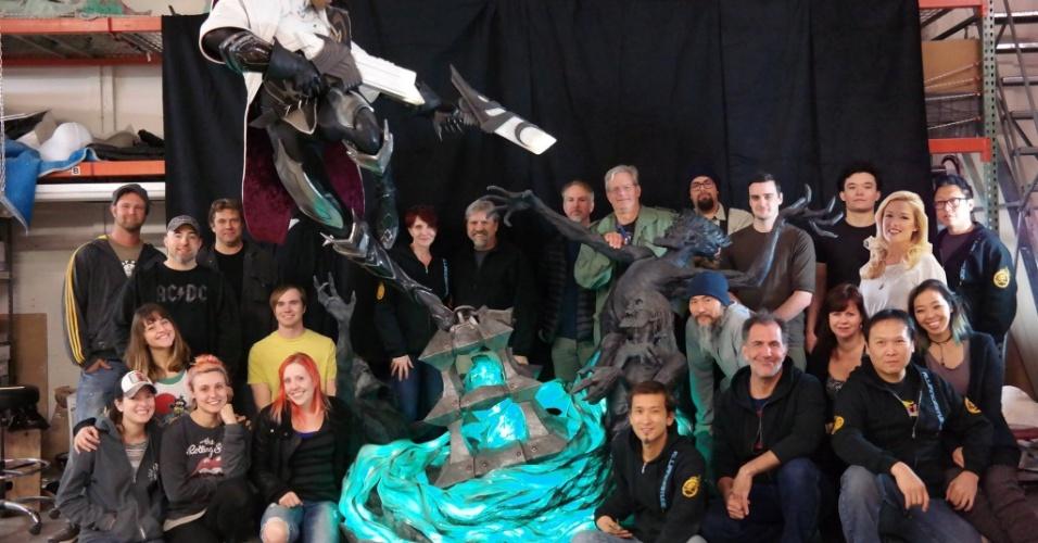 Equipe de Steve Wang posando com estátua de