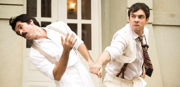 """Candinho (Sergio Guizé) vai tirar satisfação com Ernesto (Eriberto Leão) e acerta um soco no vilão - Reprodução/""""Êta Mundo Bom""""/GShow"""