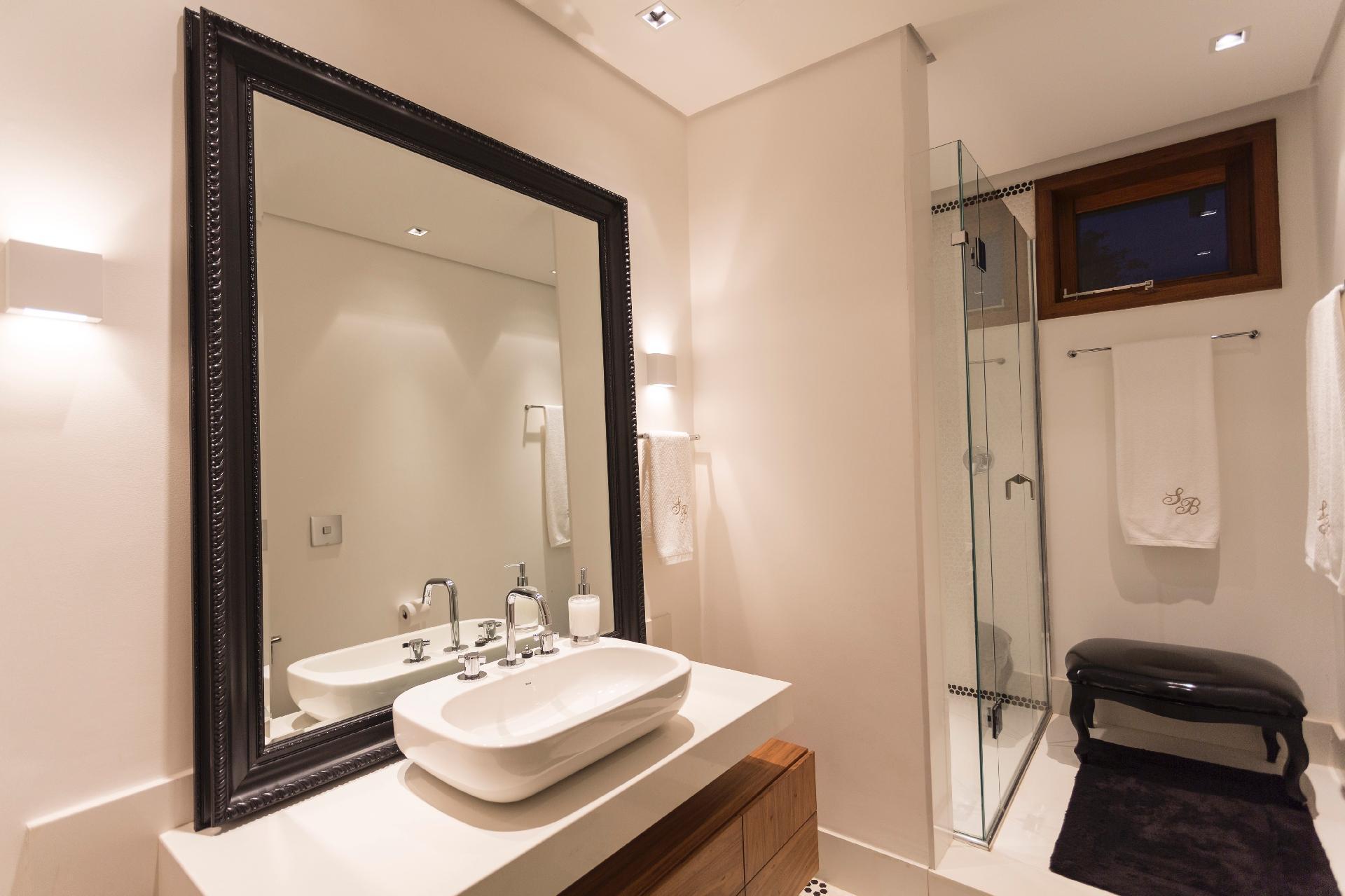 O arquiteto Maurício Karam decorou um dos banheiros da casa de campo com peças rústicas e ao mesmo tempo requintadas, como o espelho apoiado na bancada. A residência fica em condomínio luxuoso no interior de São Paulo