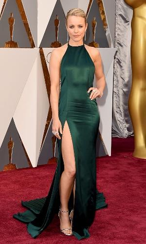 Rachel McAdams usa vestido verde com fendas
