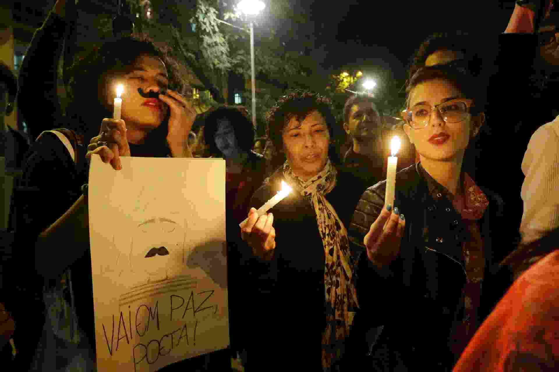 Fãs acendem velas e cantam músicas em memória do cantor cearense Belchior, na Praça Roosevelt, no centro de São Paulo - Foto: NELSON ANTOINE/ESTADÃO CONTEÚDO AGE20170501346 - 01/05/2017 - 19:31s