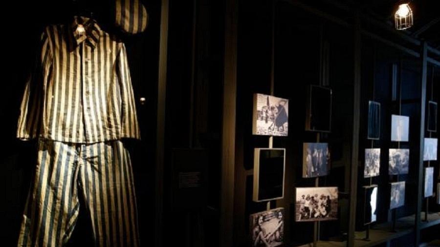 À esquerda, uniforme usado em campo de concentração pelo sobrevivente Hercz Rosenberg - Tomaz Silva/Agência Brasil