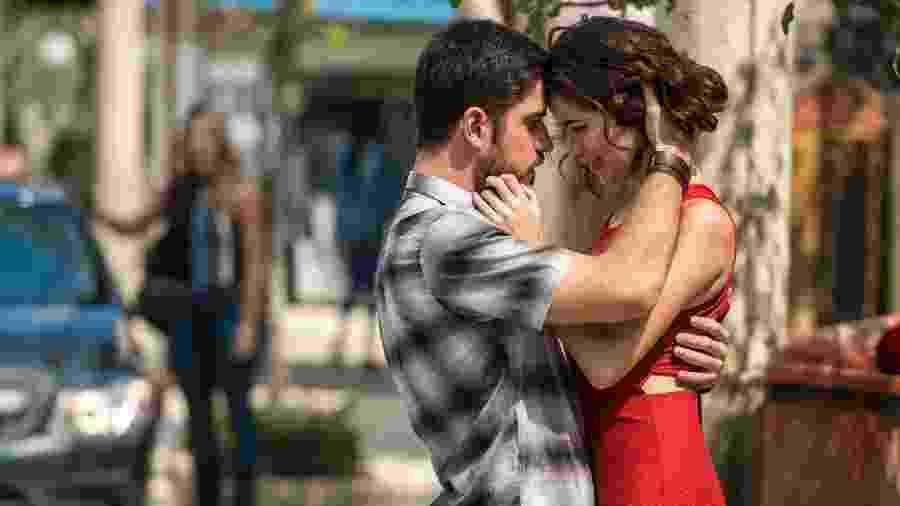 """Zeca (Marco Pigossi) beija Carla (Louise Maria) em """"A Força do Querer"""" - Estevam Avellar/TV Globo"""