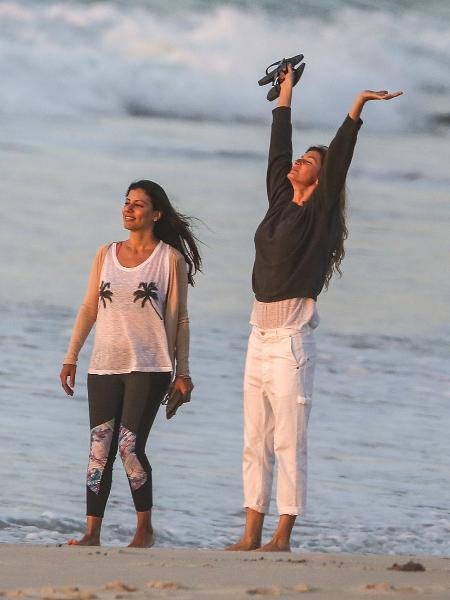 Gisele Bündchen e amiga caminham em praia na Zona Sul do Rio - AgNews