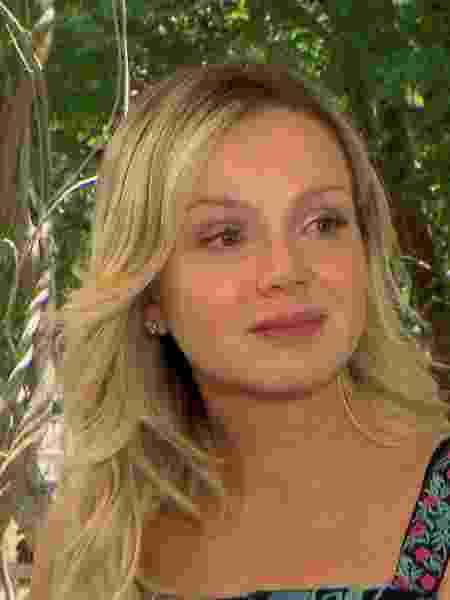 Eliana chora ao se lembrar das dificuldades que passou durante a gestação da filha  - Divulgação/SBT - Divulgação/SBT