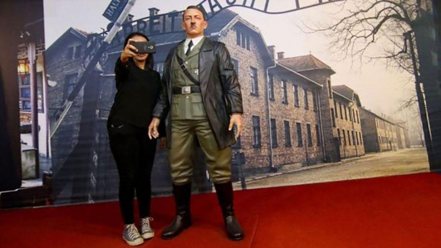 Selfies com estátua de Hitler na Indonésia causou indignação  - AFP