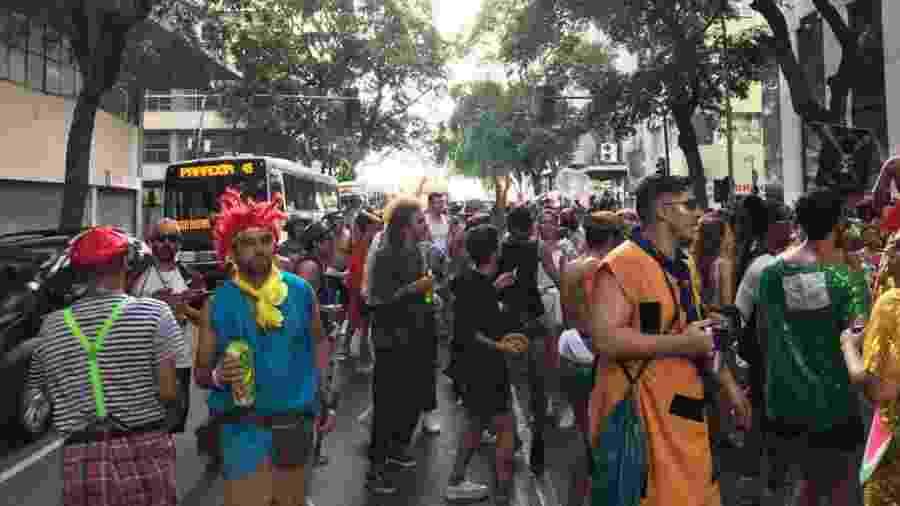 Boi Tolo começa a ocupar as ruas do centro do Rio. Bloco não é oficializado pela prefeitura para desfilar e, por isto, o trânsito não é fechado durante o trajeto - Lola Ferreira/UOL