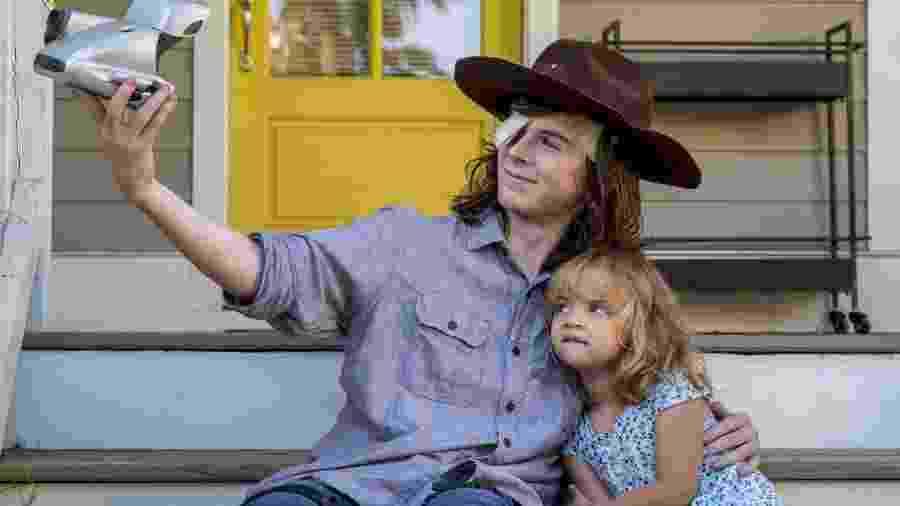 """Carl (Chandler Riggs) em cena do nono episódio da oitava temporada de """"The Walking Dead"""" - Divulgação"""