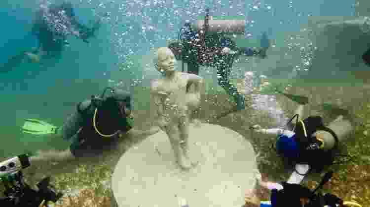 Mergulhadores chegam bem perto de escultura submersa do Museu Subaquático de Arte - Divulgação/Museu Subaquático de Arte/Roberto Díaz Abraham/The Stills - Divulgação/Museu Subaquático de Arte/Roberto Díaz Abraham/The Stills