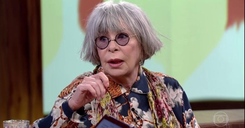 """Rita Lee, 70 anos, famosa por seu cabelo vermelho durante décadas adotou os fios brancos. """"Às vezes, passo em frente a um espelho e não me reconheço. Segundos depois, lembro que a ruiva era aquela que subia ao palco. Adorei ter sido ruiva, mas encheu o saco e, como fiel mutante, eu mudei e me desviciei do vermelho. White is beautiful"""", disse Rita, em entrevista à revista """"Quem"""" em 2015"""
