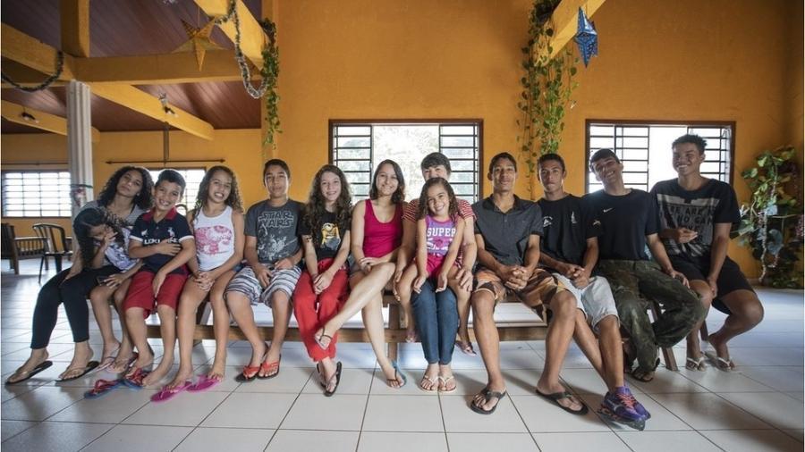 Joana Célia (centro) em casa com 12 de seus 22 filhos - BBC