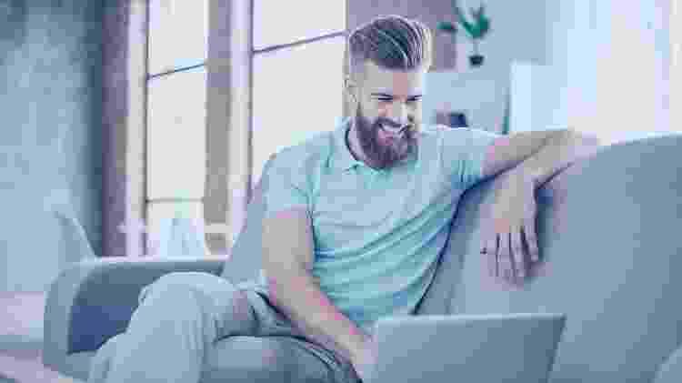 homem, barba, pelos, usando computador  - iStock - iStock