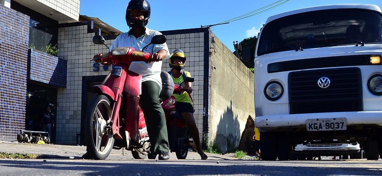 Ciclomotores passam por fiscalização em Recife (PE); desde o fim fevereiro de 2016, condutor deve portar a ACC - Pablo Kennedy/Futura Press/Folhapress