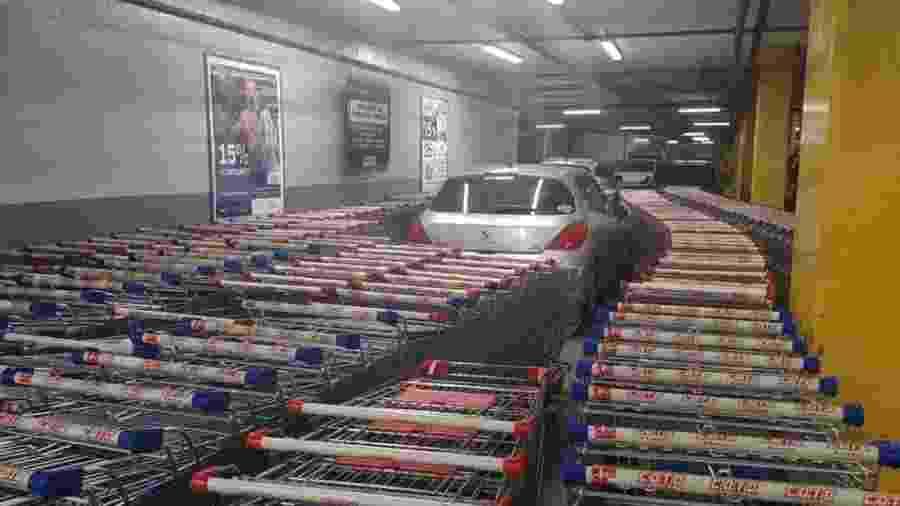 Motorista é trancado por carrinhos de supermercado na Argentina - Reprodução