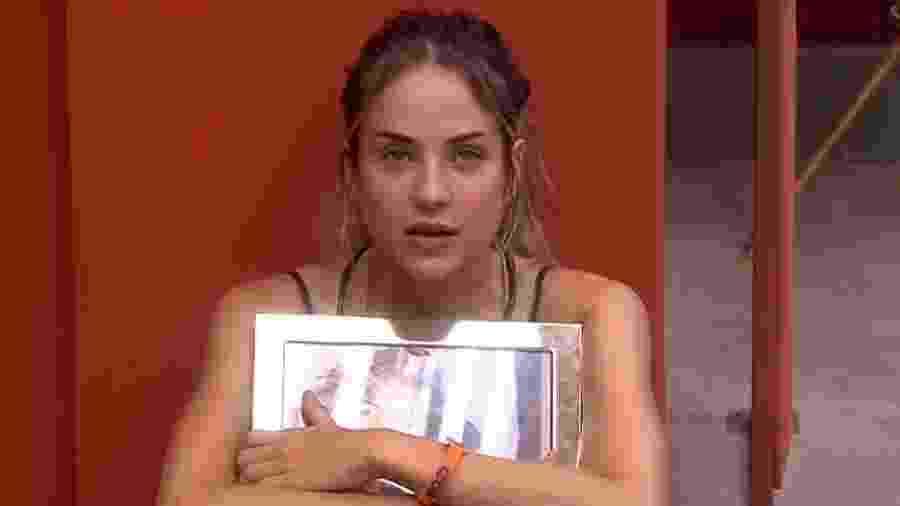 Gabi conversa com o porta-retrato da mãe, Maira, no BBB 20 - Reprodução/Globoplay