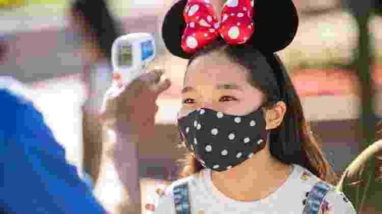 Funcionário testa temperatura de visitante na Disney - David Roark/Walt Disney World Resort - David Roark/Walt Disney World Resort