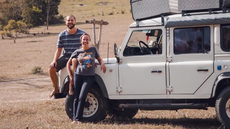 Maira e Lucas ao lado do motorhome utilizado por eles para viajar o interior do estado de São Paulo - Arquivo Pessoal