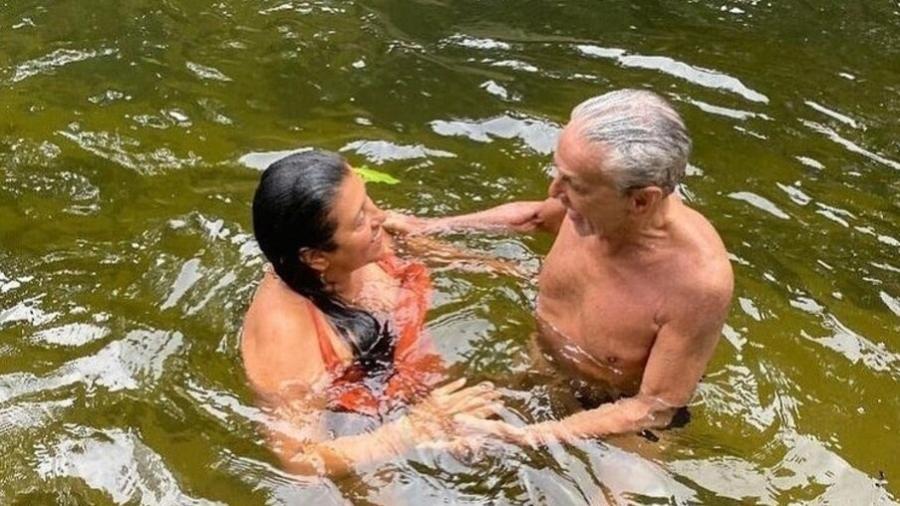 Caetano Veloso e Regina Casé tomando banho de rio - Reprodução/Instagram