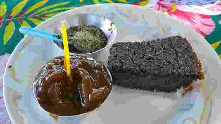 Brownie de vitoria-regia servido com geleia feita com a pétala da planta e farofa de sementes - Christiany Yamada - Christiany Yamada