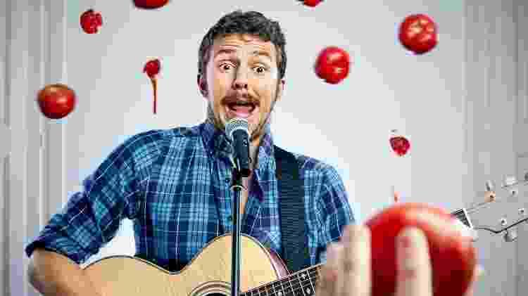 Homem canta e leva chuva de tomates, desafinado, cantor - iStock - iStock