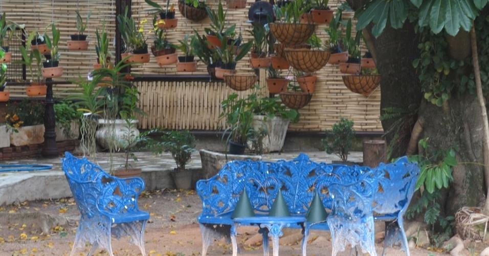 O paisagista e arquiteto Alcione Oliveira criou um orquidário pendurado na frondosa árvore existente no terreno desta residência. O espaço de estar foi delimitado por um painel de bambu, da Oboo, e pelo piso de cimento. Ao centro, a terra batida permanece e dá apoio a um jogo de assentos
