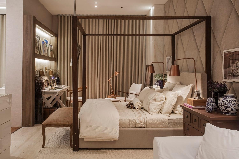 A arquiteta Vanessa Martins usou uma cama com dossel de madeira para compor a suíte da Casa de Praia. Os tons neutros e a textura