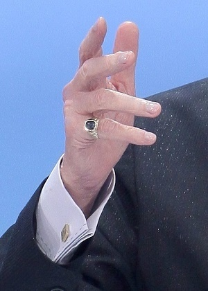 Anel de Silvio Santos no dedo mínimo direito
