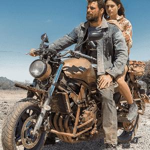 """Cauã Reymond e Sophie Charlotte lideram bando que usa motos Yamaha em """"Reza a Lenda"""" - Divulgação"""