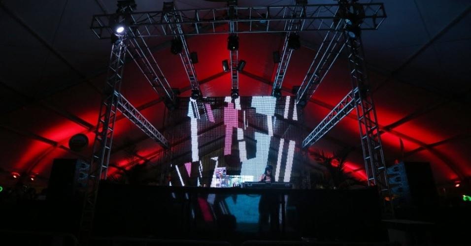 23.jan.2016 - DJ embala o público entre as apresentações principais do CarnaUOL, que acontece no Urban Stage, em São Paulo